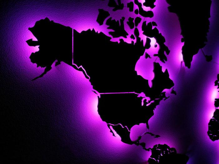 Карта мира из дерева в темноте Амарант