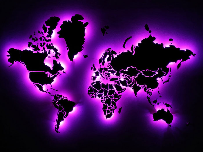 Карта мира из дерева с подсветкой в темноте