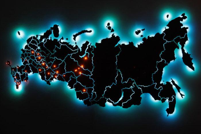 Карта России из дерева с синей подсветкой в темноте