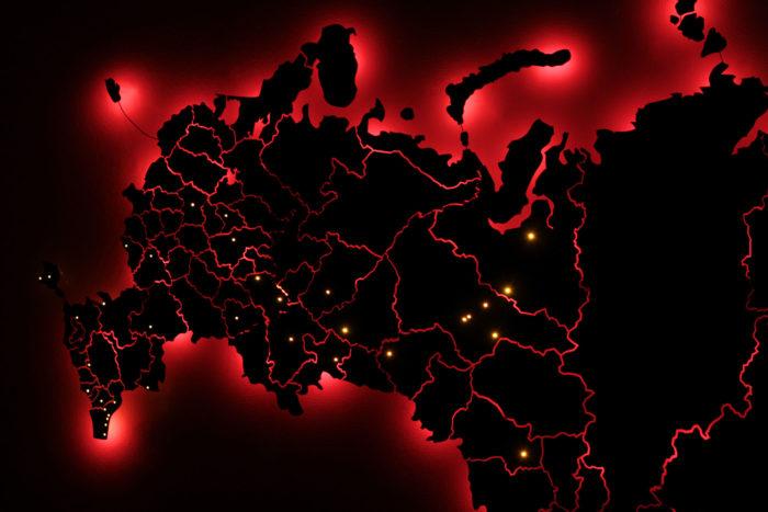 Карта России из дерева в темноте с красной подсветкой