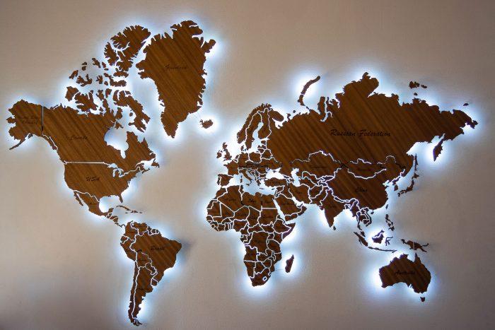 Карта мира из дерева Биболо в темноте