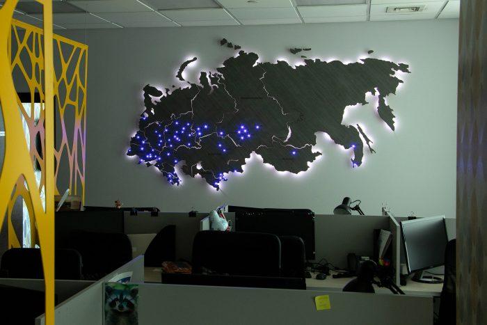 Карта России и ближнего зарубежья из дерева с подсветкой в темноте