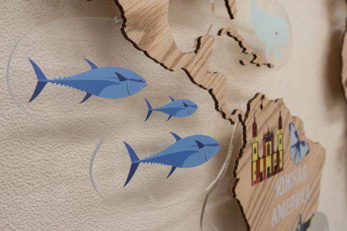 Деревянная карта мира с картинками рыбы