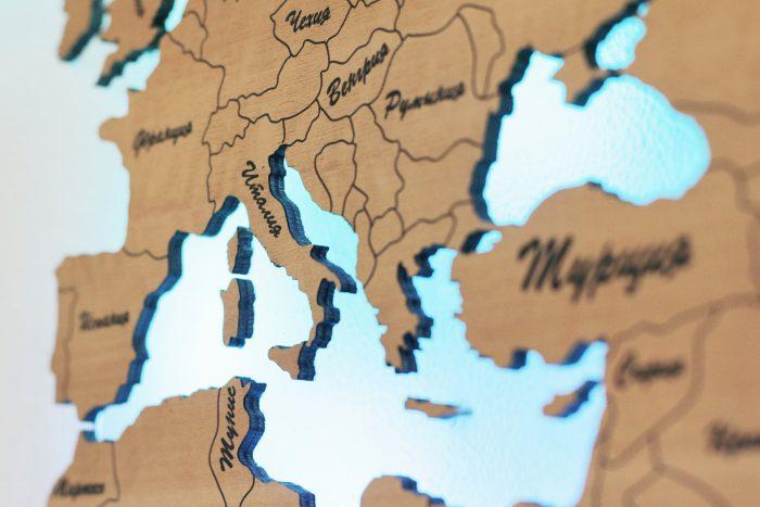 Деревянная карта мира из груши вблизи