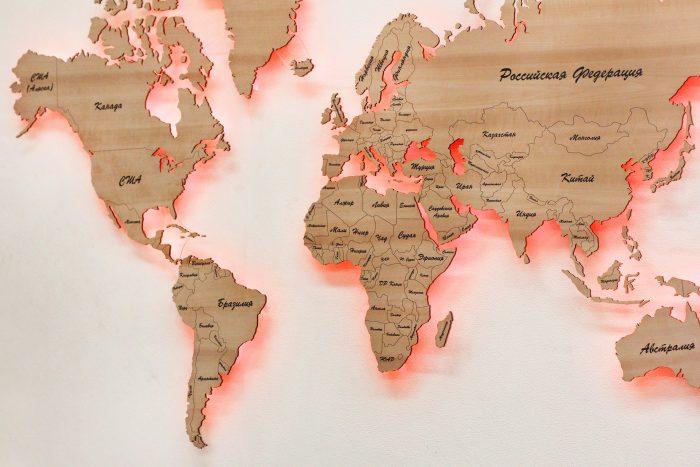 Деревянная карта мира с красной подсветкой