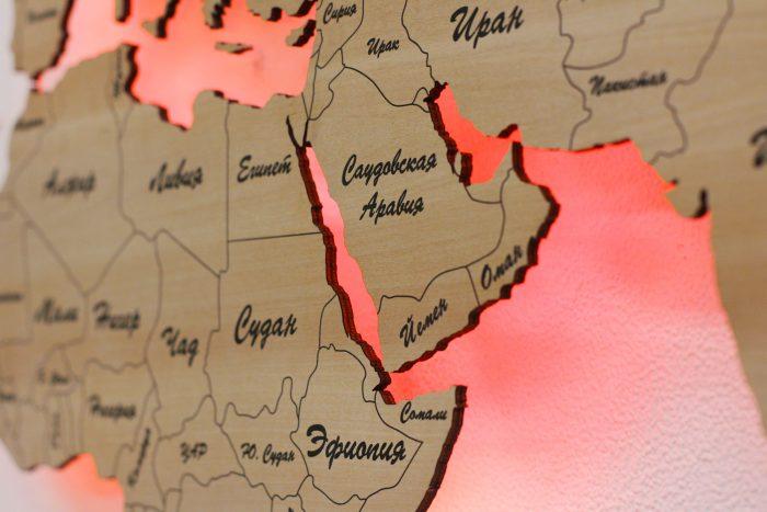 Деревянная карта мира с красной подсветкой вблизи
