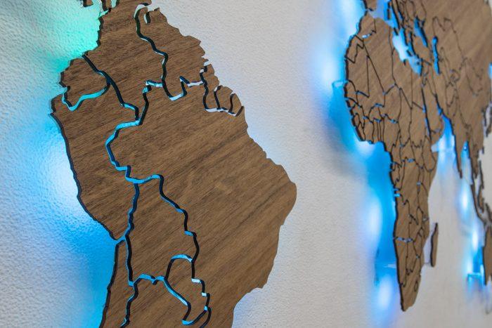 Карта мира из дерева с подсветкой Южная Америка