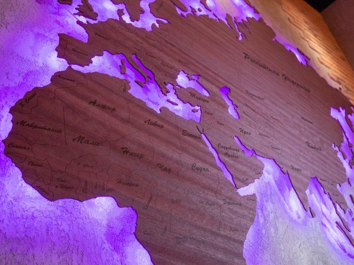 Деревянная карта мира с подсветкой из Амаранта