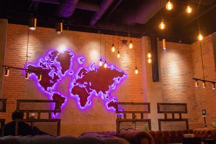 Деревянная карта мира из Амаранта в темноте