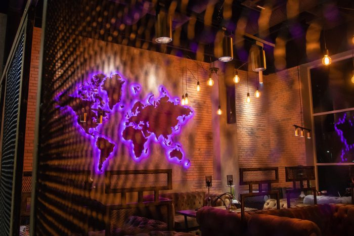 Деревянная карта мира из Амаранта в интерьере