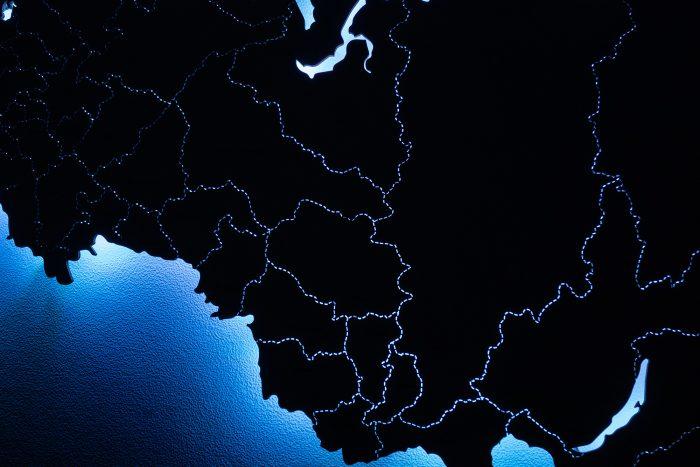 Деревянная карта России с делением на регионы