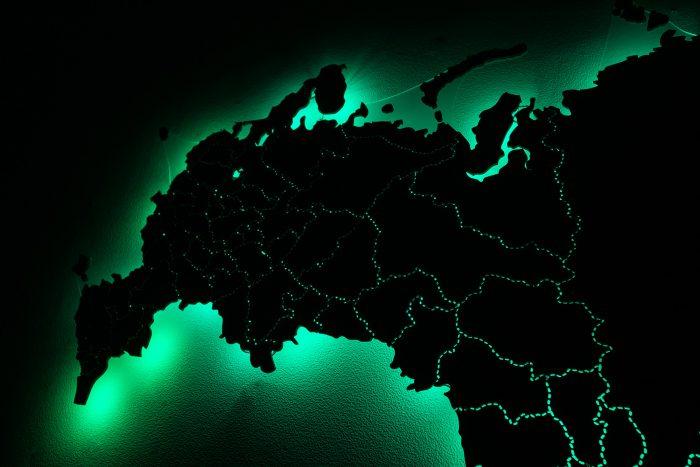 Деревянная карта России с зеленой подсветкой