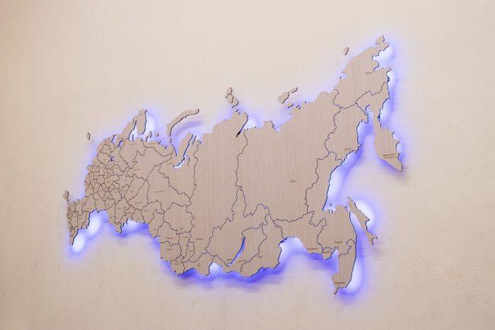 Деревянная карта России с яркой подсветкой