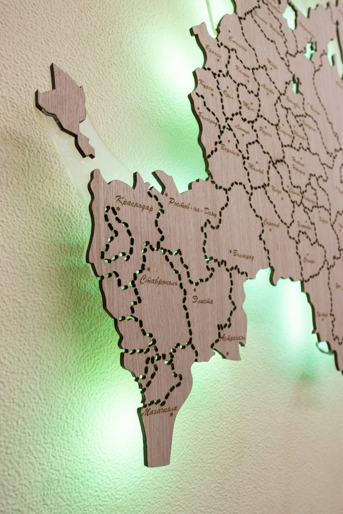 Деревянная карта России с желтой подсветкой