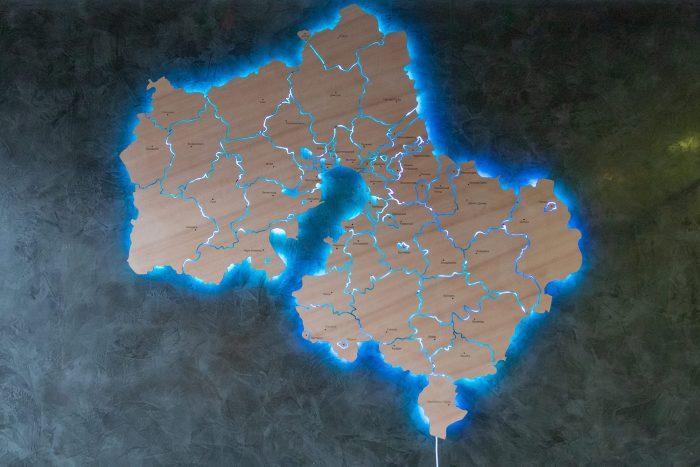 Деревянная карта московской области с синей подсветкой