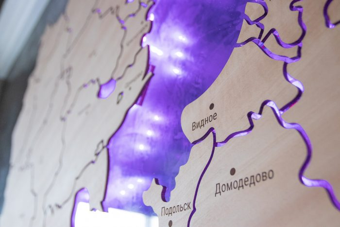 Карта московской области из дерева с фиолетовой подсветкой