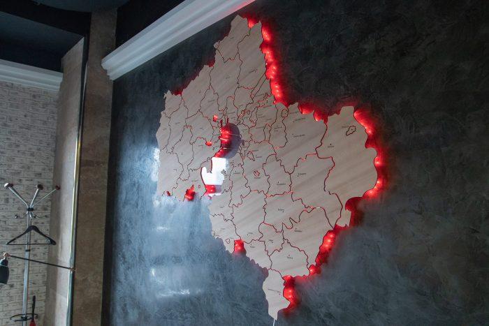 Настенная карта московской области из дерева с красной подсветкой