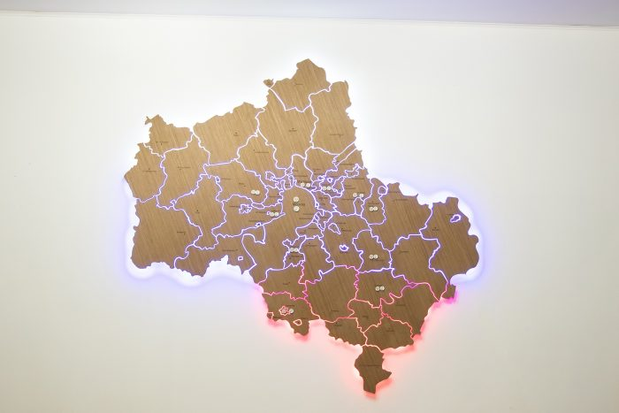 Карта из дерева московская область с подсветкой триколор