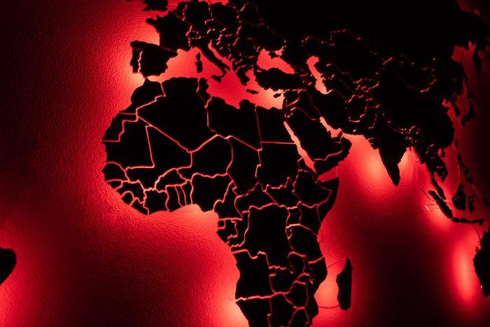 Карта мира из дерева с разноцветной подсветкой вблизи