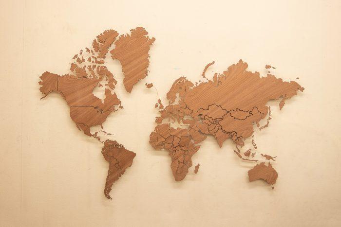 Деревянная карта мира в светлом цвете с подсветкой