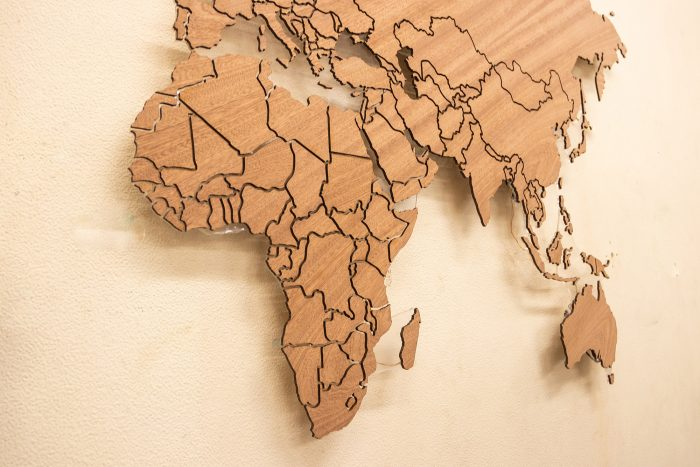 Карта мира из дерева с разноцветной подсветкой африка