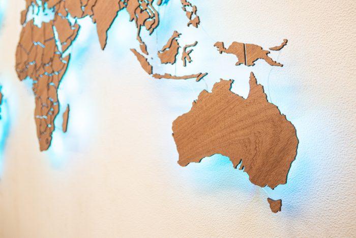 Деревянная карта мира подарок