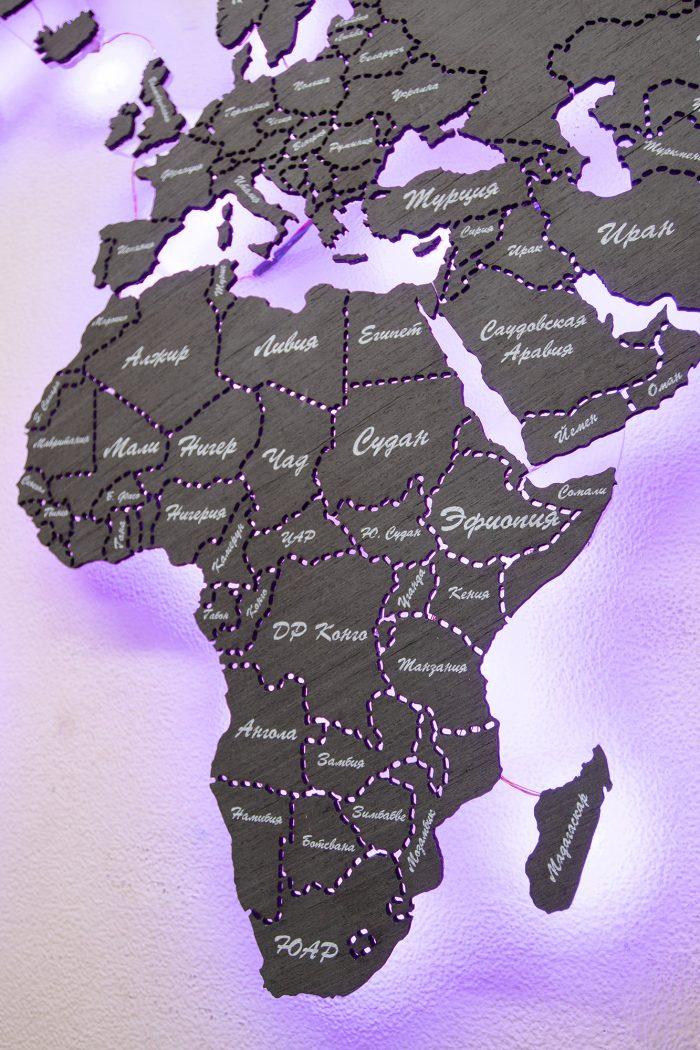 Деревянная карта мира с магнитной поверхностью темного цвета с фиолетовой подсветкой