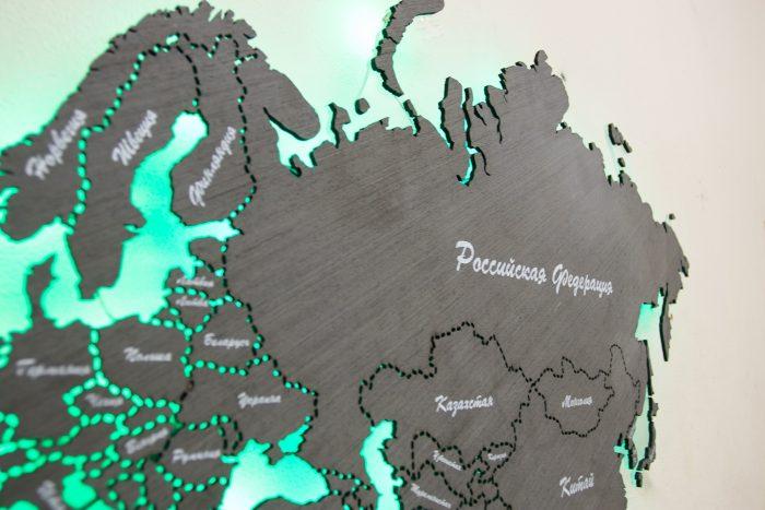 Карта мира из дерева с подсветкой на стену
