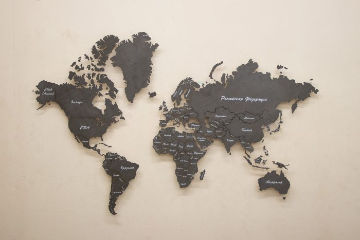 Географическая карта мира из дерева