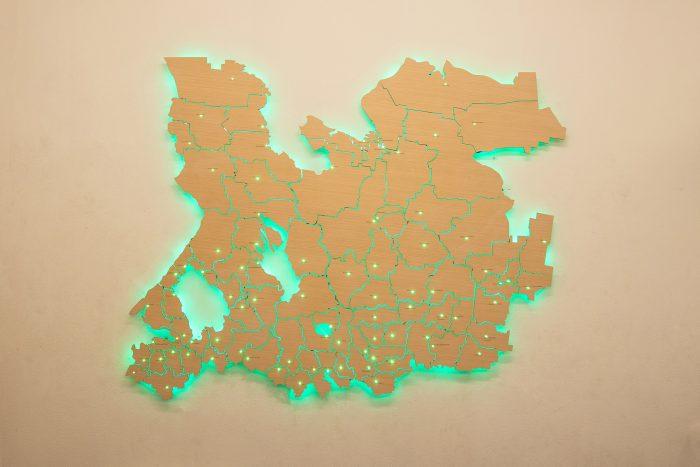 Деревянная карта области с зеленой подсветкой