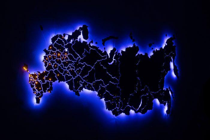 Деревянная карта России из Американского ореха с темно-синей подсветкой в темноте