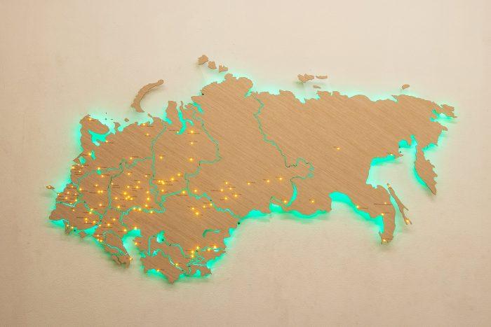 Деревянная карта СНГ с зеленой подсветкой