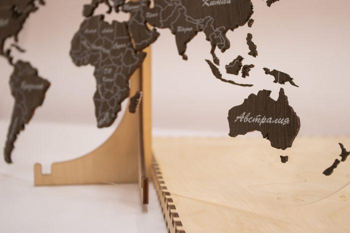 Деревянная карта мира на подставке