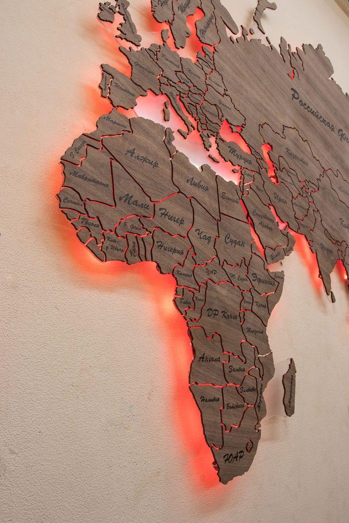 """Карта Мира из натурального шпона """"Американский орех"""" Все страны Африки с красной подсветкой."""