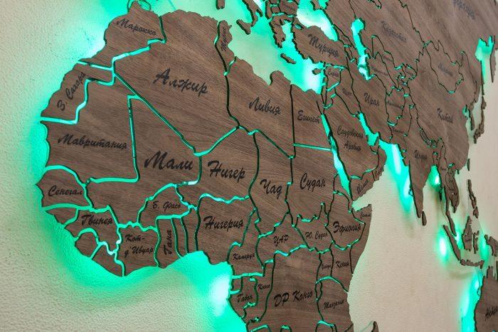 """Карта Мира из натурального шпона """"Американский орех"""". Страны Африки с зеленой подсветкой."""