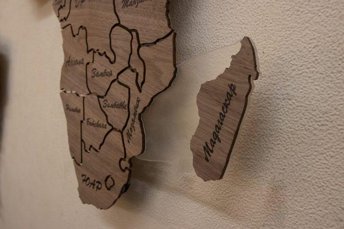 """Карта Мира из натурального шпона """"Американский орех"""". Мадагаскар."""