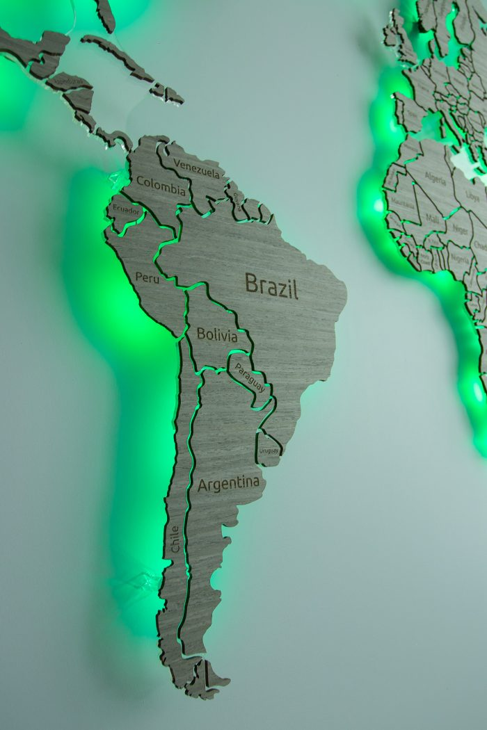 """Карта Деревянная Мира из шпона Файн-Лайн """"Дуб 7S"""". Бразилия с зеленым цветом."""