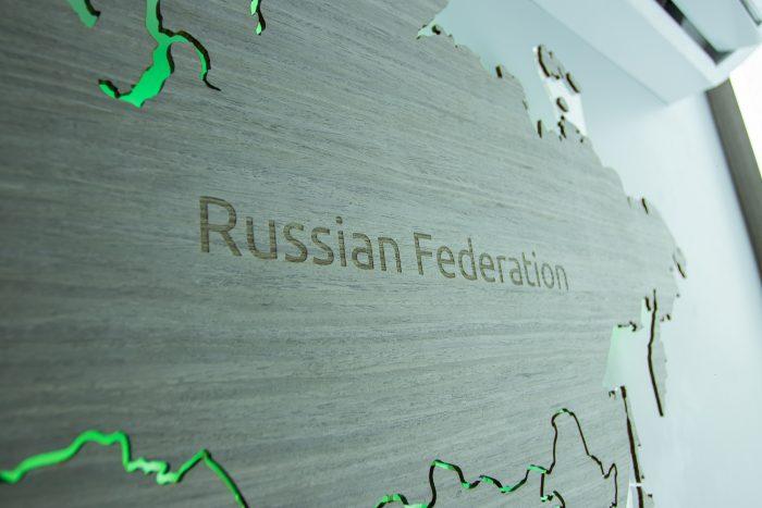 """Карта Мира из шпона Файн-Лайн """"Дуб 7S"""". Россия с зеленым цветом."""
