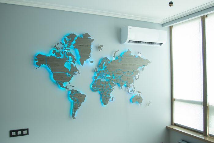 "Настенная карта Мира из шпона Файн-Лайн ""Дуб 7S"". Мир с синим цветом."