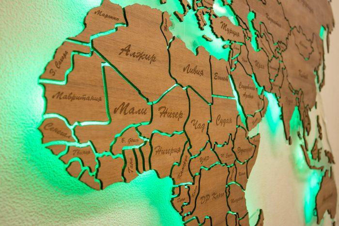 """Деревянная карта мира из натурального шпона """"Мансония"""". Страны Африки с зеленой подсветкой."""