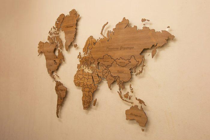"""Деревянная карта мира из натурального шпона """"Мансония""""."""