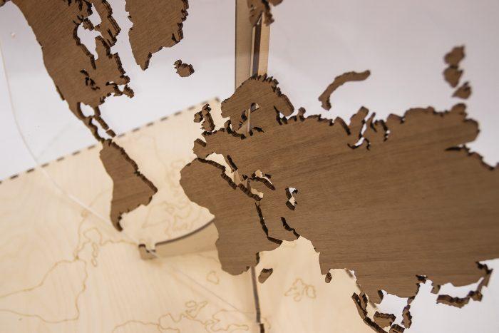 Подарочная карта мира с отделкой из натурального шпона Мансония Россия и Африка
