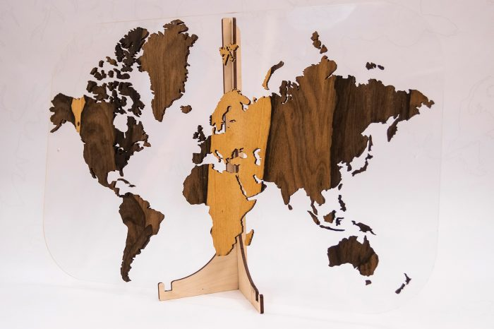 Подарочная карта мира с отделкой из натурального шпона Зирикот серии Exclusive