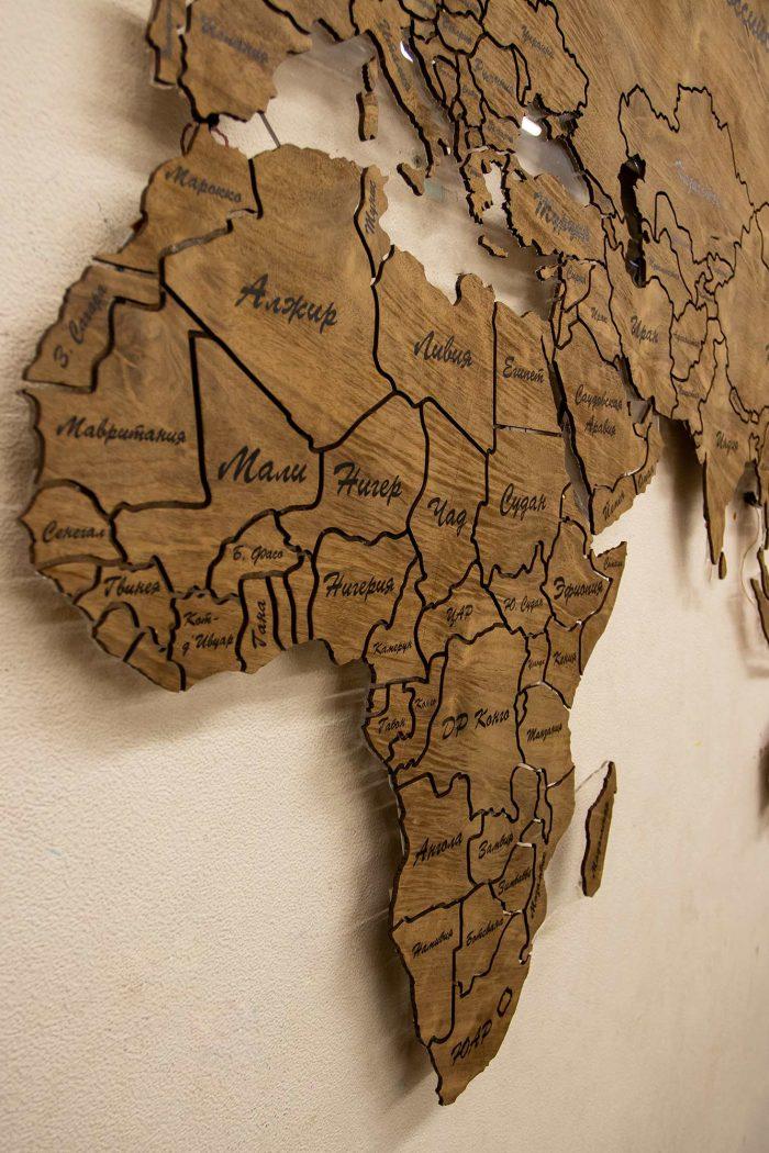 Настенная карта мира из натурального шпона Имбая с многовсетодиодной подсветкой и УФ-печатью названий основных городов