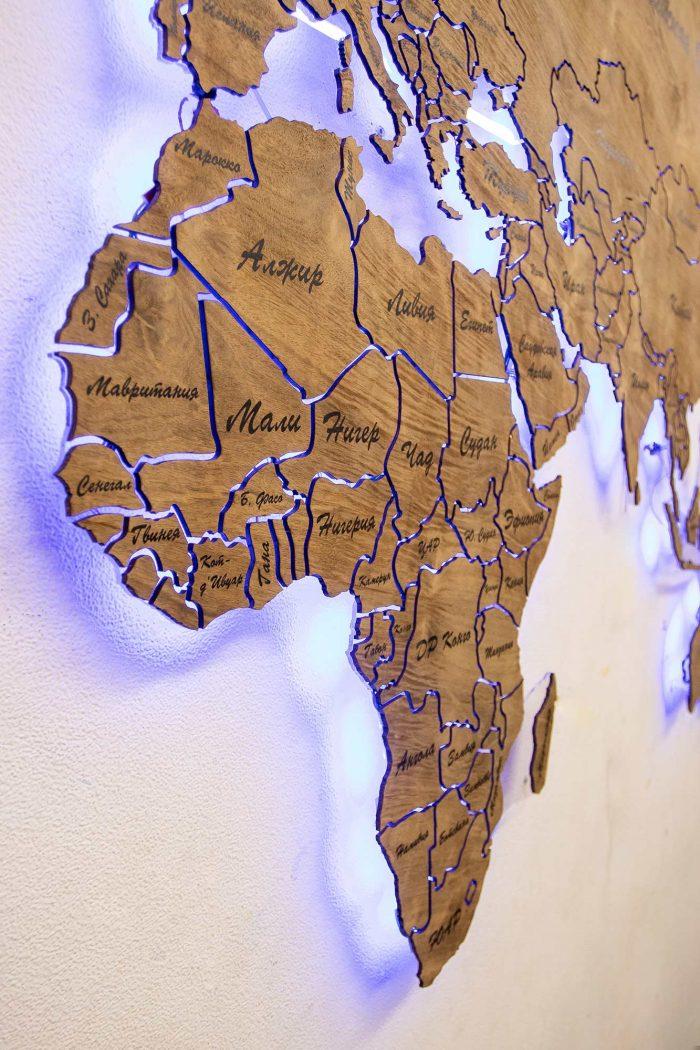 Настенная деревянная карта мира из натурального шпона Имбая с многовсетодиодной подсветкой и УФ-печатью названий основных городов