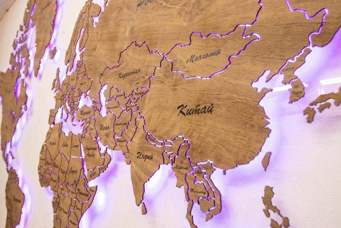 Карта мира из натурального шпона Имбая с многовсетодиодной подсветкой и УФ-печатью названий основных городов