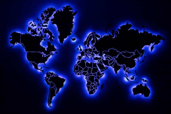 Карта мира из дерева из шпона Имбая с УФ-печатью названий основных государств и светодиодной подсветкой