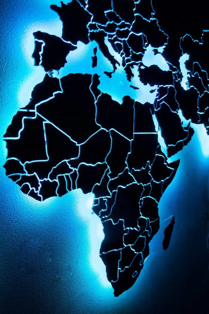Карта мира из дерева из натурального шпона Имбая с печатью названий основных государств и светодиодной подсветкой