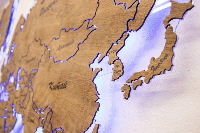 Настенная карта из шпона Имбая с многовсетодиодной подсветкой и УФ-печатью названий основных городов