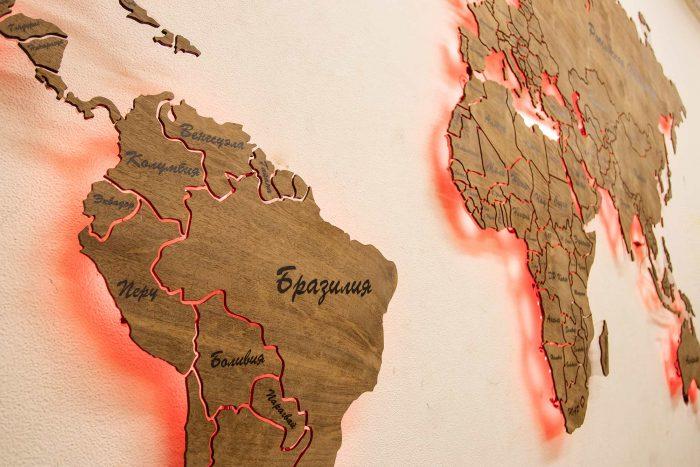 Настенная деревянная карта из натурального шпона Имбая с многовсетодиодной подсветкой и УФ-печатью названий основных городов
